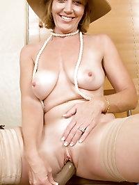 Alluring milf Samantha Stone tortures her cougar snatch..