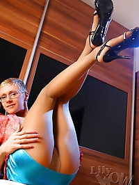 Kinky leggy secretary in nylons and high heels