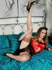 Get cosy on the bed with Samantha as she flaunts her..