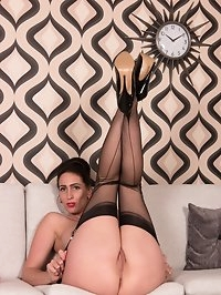 Tammie is on her sex line, chatting to horny callers!..