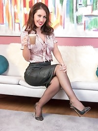 Join Jess as she relaxes and gets sexy in the lounge! She..