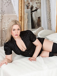 Voluptuous blonde Daisy Woods is the kind of hot housewife..