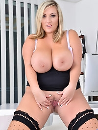All natural mom Crystal Swift has a huge rack that no..