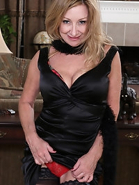 Elegant stunner Rachel Woodbury