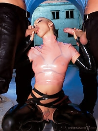 Fetish horny babe in latex double penetrated by these guys