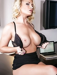 Daisy Monroe toys her wet pussy