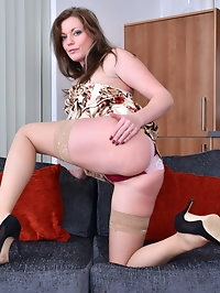 British MILF Holly Kiss feeling frisky