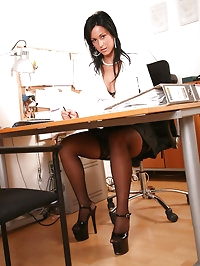 Iris office babe gets a bigload on her nylons