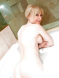 Seductive cougar Nina Hartley stuffs her wet pussy with a..